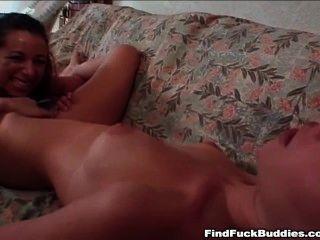 兩個精細的業餘青少年去雙假陰莖,每個都有高潮