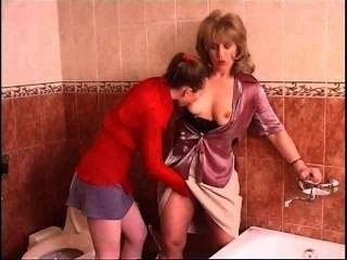 俄羅斯青少年女同性戀引誘一個成熟婦女在衛生間裡