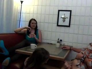 青少年footjob和口交在桌下