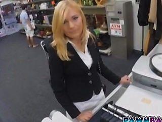 熱的milf性交在典當商店