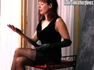熱的辣椒辣椒在投入了她緊的黑皮手套以後變得色情