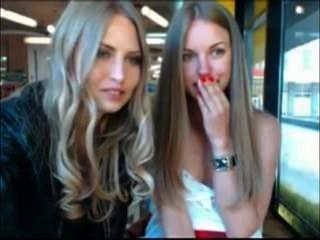 脫下他們的在公開咖啡館的兩個女孩衣裳,當被觀看時