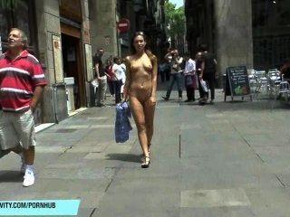 珍妮的壯觀的公開裸體射擊在巴塞羅那