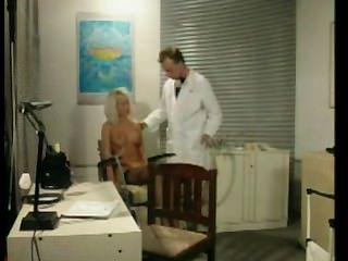 啞的金發女郎在醫生辦公室被利用