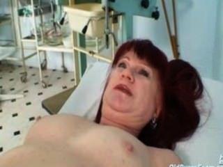 成熟老紅頭髮人olga參觀她的gyno醫生適當的真正的成熟pus