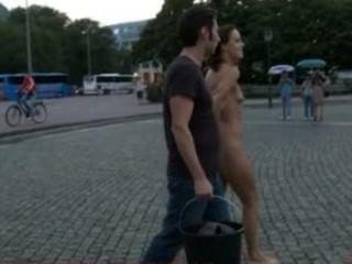 歐洲hottie是完全裸體,赤腳,並在街上綁定