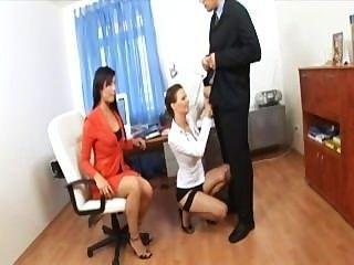 秘書三人行與在性感的女用貼身內衣褲和腳跟的兩逗人喜愛