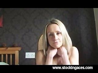 性感金髮美女milf手指她的陰戶