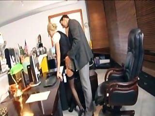 戴著眼鏡的金發秘書他媽的在內衣在辦公室