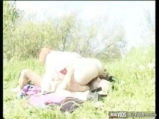 豐滿的媽媽騎公雞在陽光下