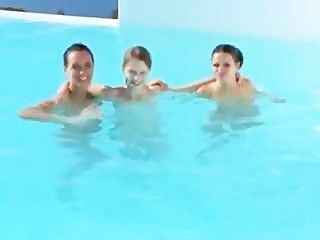 三個寶貝一個幸運的傢伙在游泳池