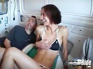 享受在轟隆乘駕的腿傳播的女孩