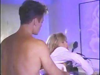 他媽的熱的金發碧眼的女人在鋼琴