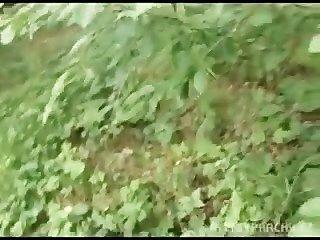 歐元女孩轟隆為現金在公開森林裡