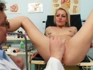 白膚金發的女性真正的gyno檢查