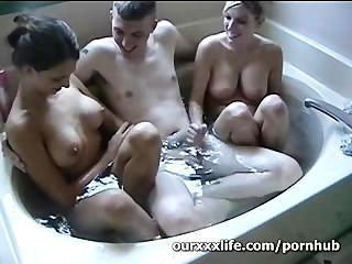 業餘三人組在浴缸