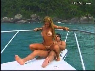 拉丁他媽的在船上