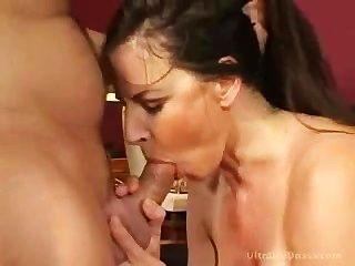 milf在她緊的陰部性交