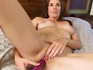成熟媽媽填充她緊的陰部