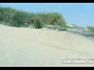 裸體金發女郎在海灘上