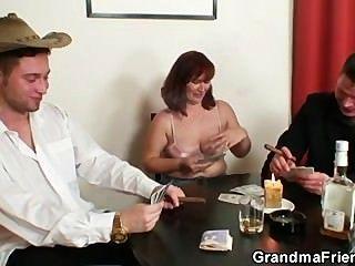 她失去了撲克,被兩個傢伙搞了
