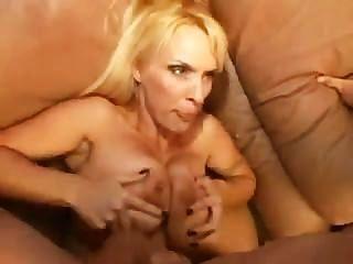 大山雀的金發女郎得到性交