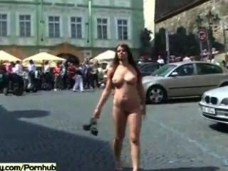 角質寶貝赤裸在公共街道上