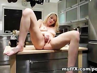 izzy泰勒在廚房里摩擦她的。子