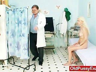 瘦的多毛的老婆婆婦女醫生治療