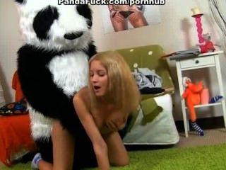 裸體青少年女孩想要綁帶與熊的性別