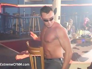 醉酒女孩和男性脫衣舞孃
