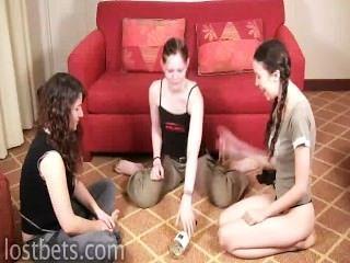 伊麗莎白,朱莉和百合玩旋轉瓶