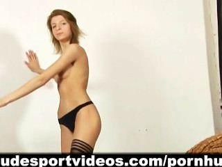 熱腿長的女孩和她的裸體跳舞體操
