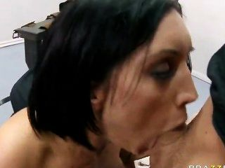 大屁股黑髮dylan萊德得到她深喉嚨和陰部他媽的