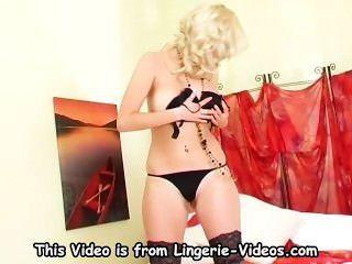 巨大的金髮美女指法她在閃亮的黑色絲襪的濕的貓
