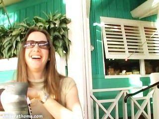 琥珀林恩巴赫和她自己在更衣室裡玩!
