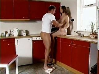 莎拉白金在廚房裡