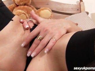 成熟的英國色情明星jane債券東西她的陰戶和屁股與一個胖的假陽具