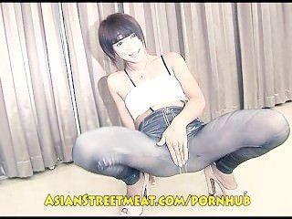 可愛的泰國女孩奇怪地被醜惡的老人