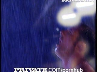 私人:令人驚嘆的豐滿桑德拉鐵下雨