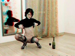 害羞的milf拳擊自己和插入瓶入她的貓3d後台