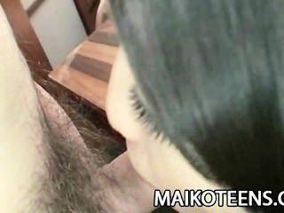 青少年日本airi kawaguchi幻燈片在她長毛的陰部的一個傢伙