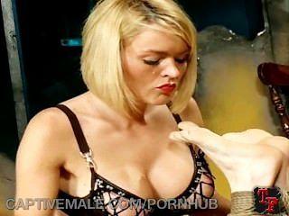 dominatrix釘住她的gimp奴隸