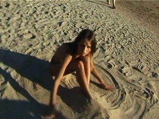 美麗的新鮮的面對青少年的戲劇在海灘裸體