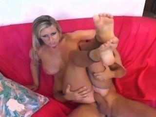 金發女郎與大山雀他媽的和給一個footjob在裸體crotchless尼龍