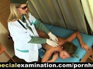 性感的金發女孩獲得由醫生檢查