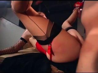 性感的紅發女郎在縫合絲襪襪帶和手套得到dped