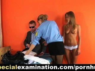熱的金發碧眼的女人由警察醫生審查了