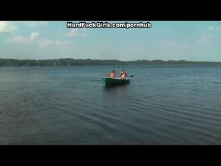 金發女郎上了一個船在湖上的三個傢伙
