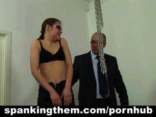 懶惰的秘書寶貝被她的老闆打屁股